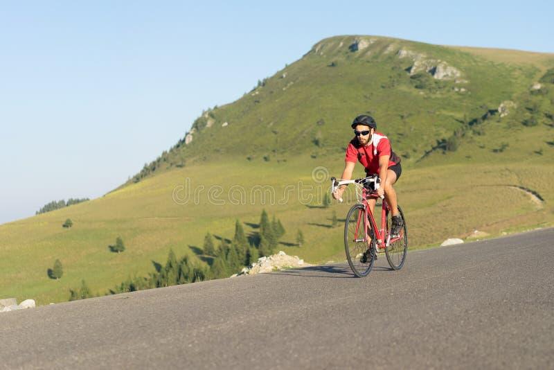 Велосипедист на велосипеде дороги стоковые фото