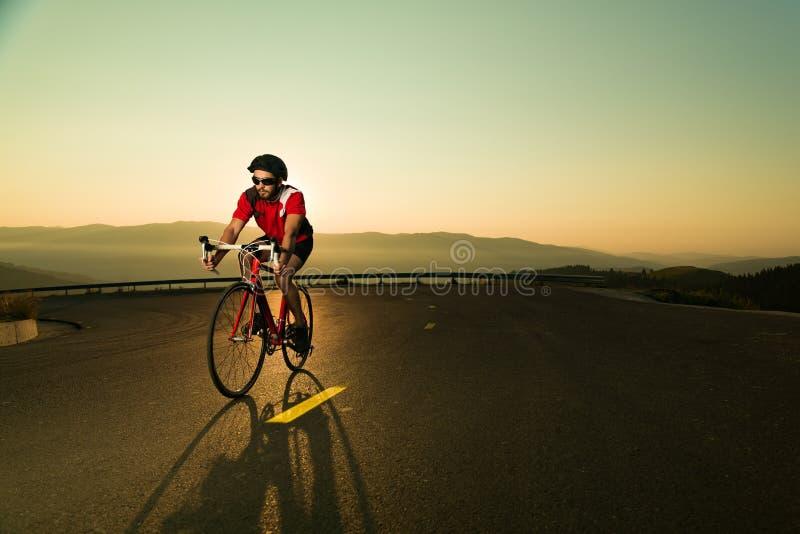 Велосипедист на велосипеде дороги стоковые фотографии rf