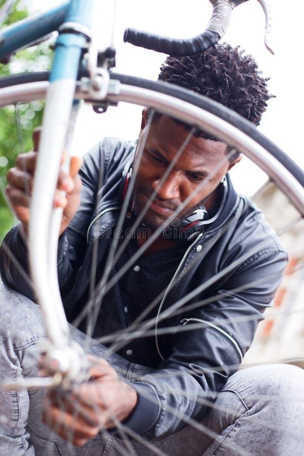 Велосипедист проверяя его автошины стоковые фотографии rf