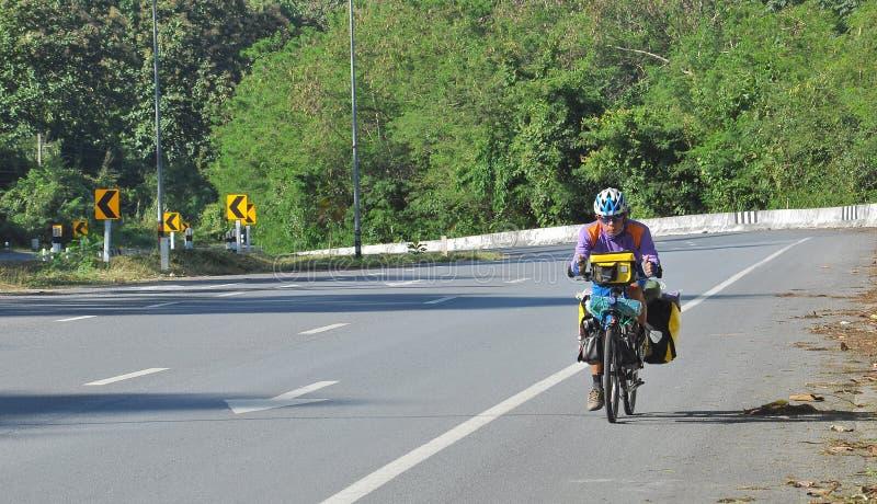 велосипедист bike велосипеда идет одна дорога к путешествовать перемещение стоковые изображения rf