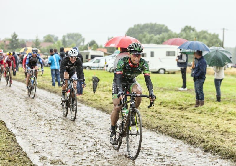 Велосипедист Yukiya Arashiro на мощенной булыжником дороге - Тур-де-Франс 2 стоковая фотография