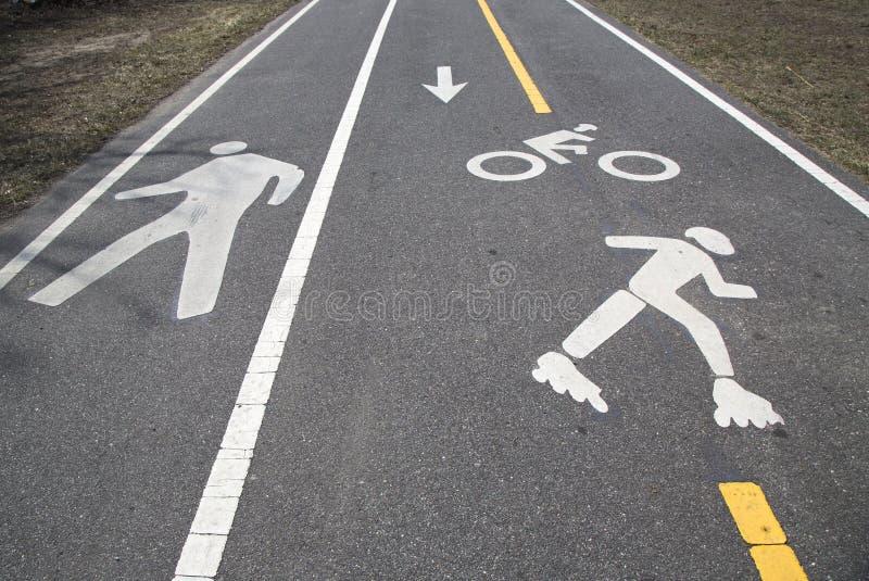 Велосипед и пешеходный путь или Greenway вдоль бульвара пояса в Бруклине стоковые фото