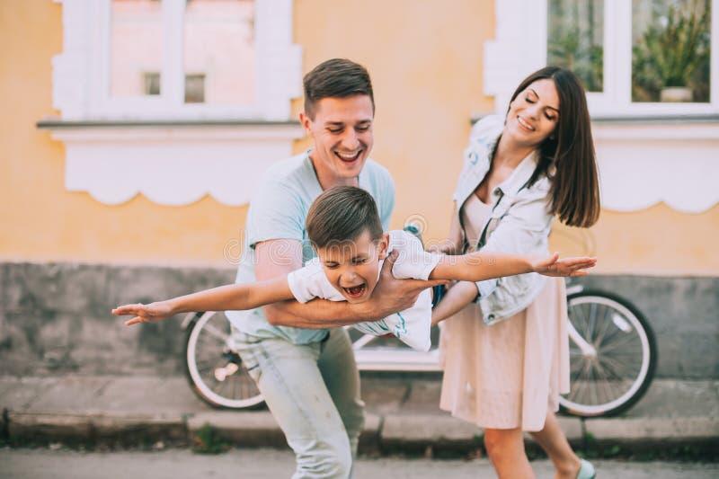 Велосипед семьи путешествует двойник стоковое изображение