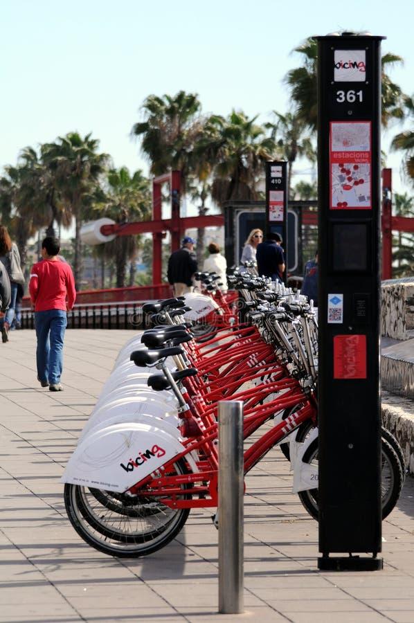 Download Велосипеды в Барселоне. редакционное изображение. изображение насчитывающей небо - 33736405