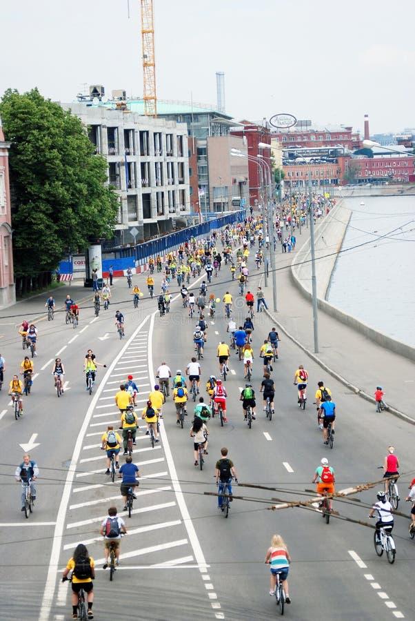 Велосипеды езды людей стоковое изображение rf