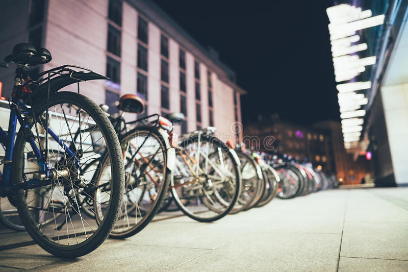 Велосипеды на автостоянке в европейском городе стоковая фотография