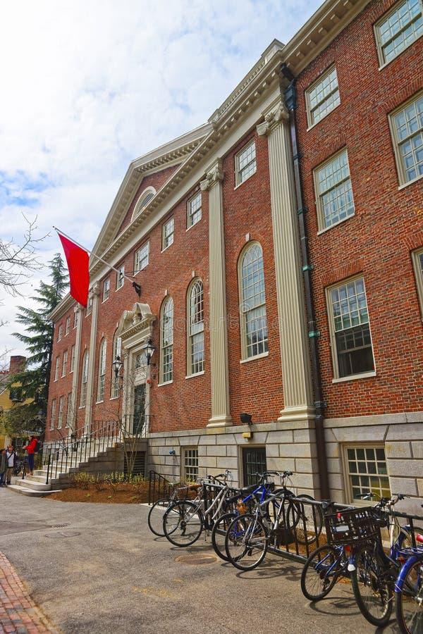 Велосипеды на Lehman Hall в Гарвардском университете в Кембридже стоковое фото rf