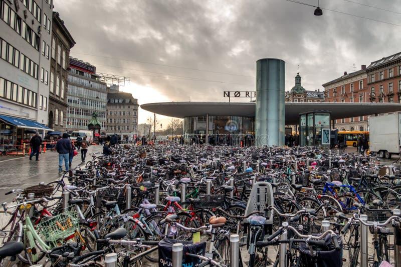 Велосипеды припарковали на staion метро в Копенгагене стоковое изображение rf