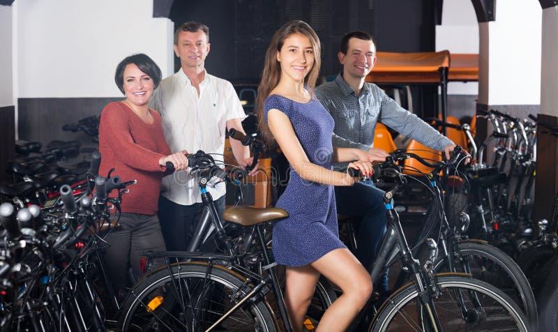 Велосипеды семьи порции работника отборные стоковое изображение rf
