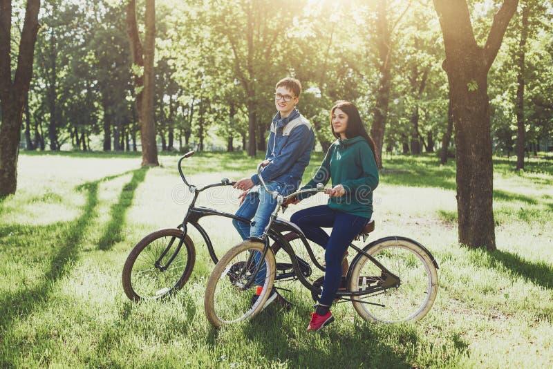 велосипеды соединяют счастливых детенышей riding стоковая фотография
