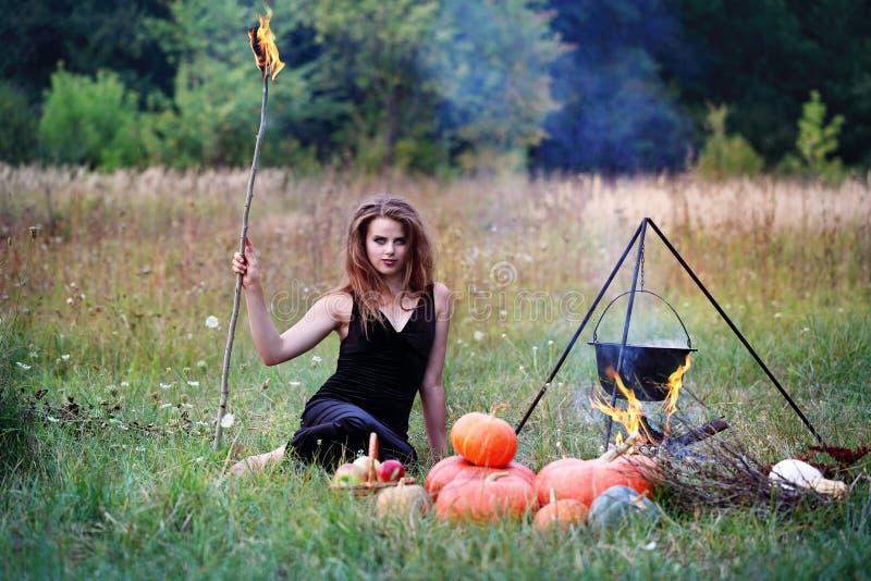 Ведьма держа факелы стоковое изображение rf