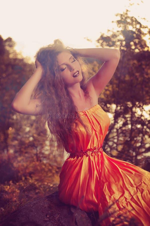 Ведьма красоты в древесинах около огня Волшебная женщина празднуя стоковая фотография rf