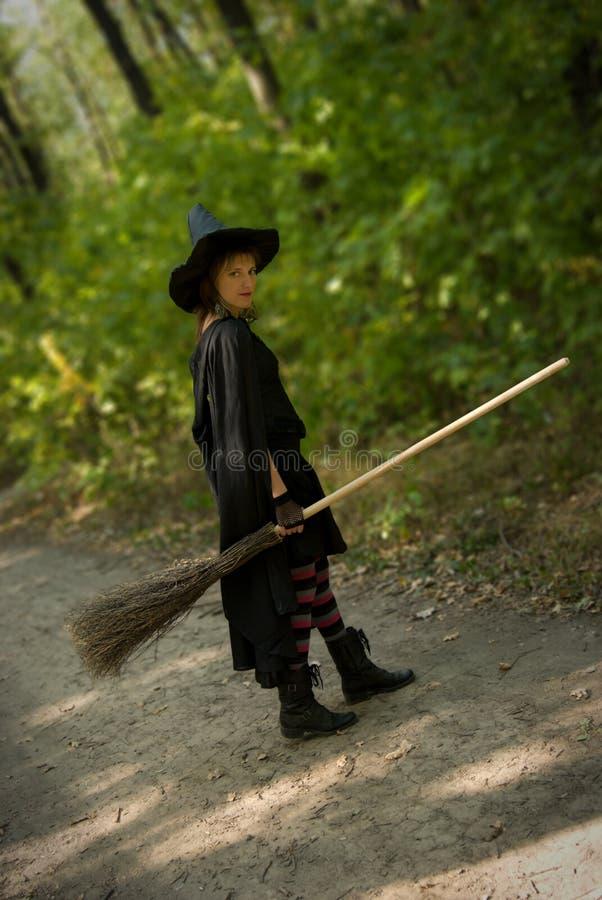 Ведьма хеллоуина с Broomstick стоковые фотографии rf