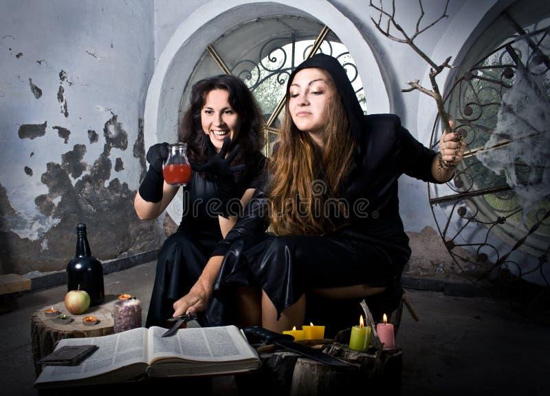 Ведьмы колдуют стоковое изображение