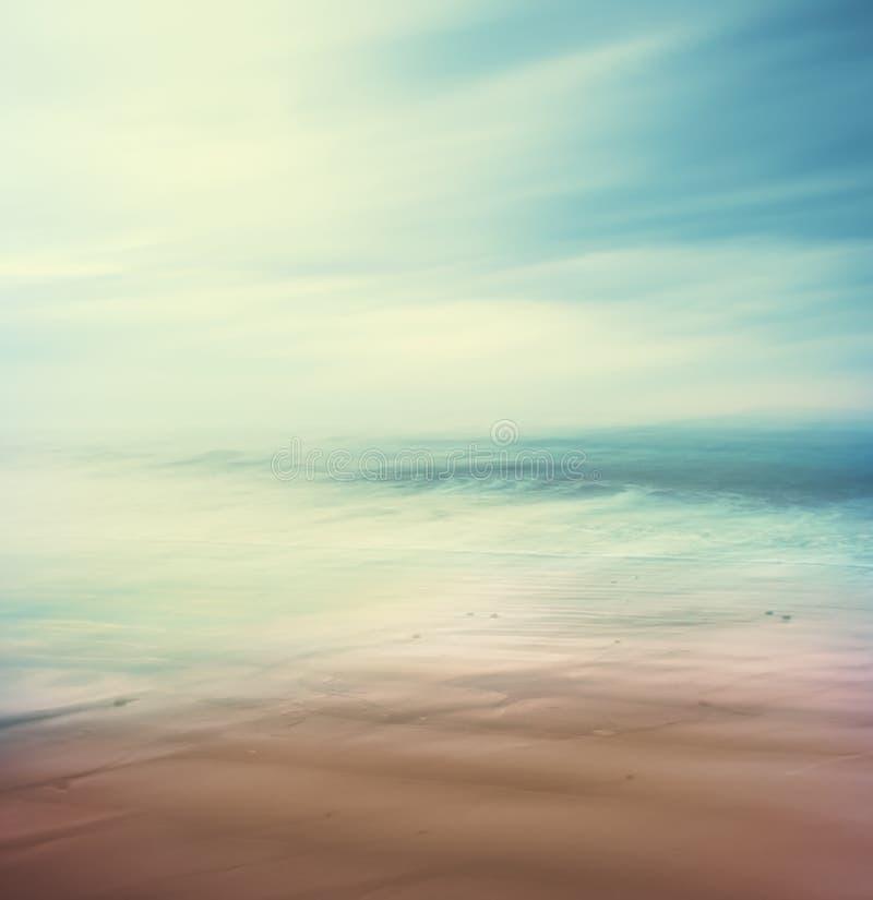 Взаимн обрабатываемые море и песок стоковая фотография rf