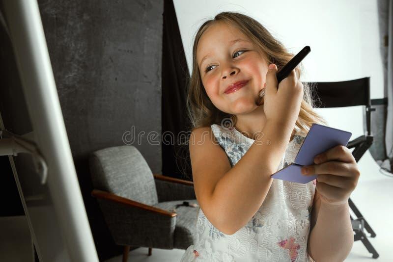 Взаимодействие детей с взрослым миром стоковые изображения rf