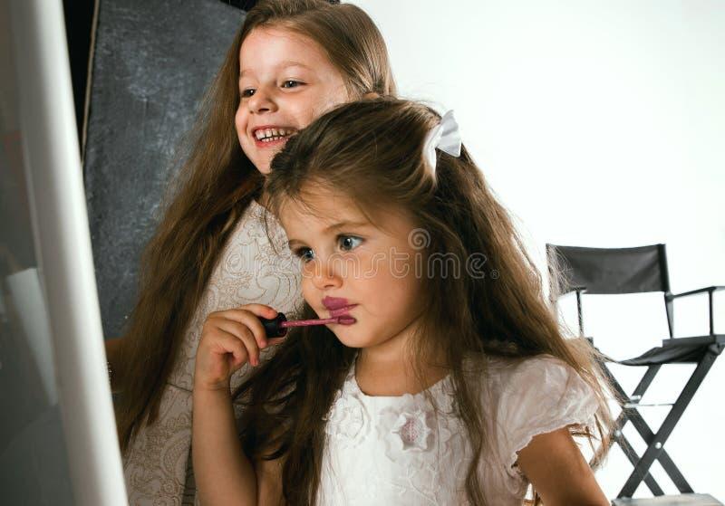 Взаимодействие детей с взрослым миром стоковые фотографии rf