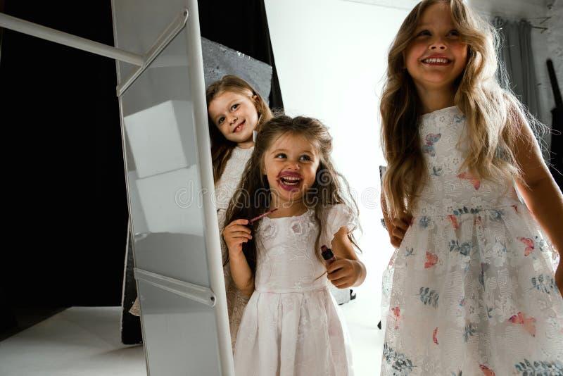 Взаимодействие детей с взрослым миром стоковые фото