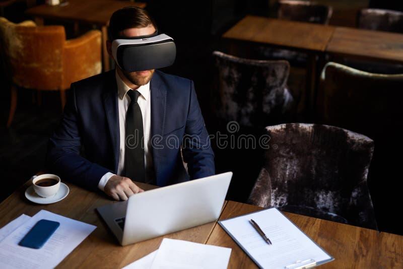 Взаимодействующее дело с имитатором VR стоковое фото rf