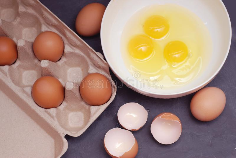 Взбивать яичка цыпленка Протеин желтков и яичка в чашке Подготовка яичек еды и цыпленка Eggshell на разделочной доске Взгляд свер стоковая фотография rf