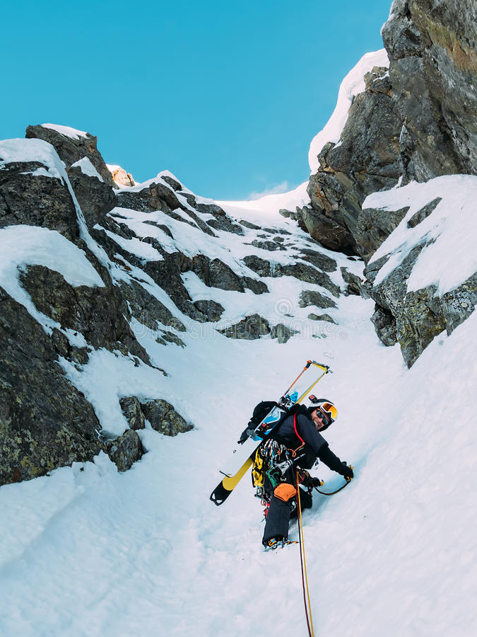Взбираться льда: альпинист на смешанной трассе duri снега и утеса стоковое изображение