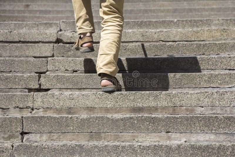 Download взбираясь лестницы вверх стоковое фото. изображение насчитывающей часть - 41659874