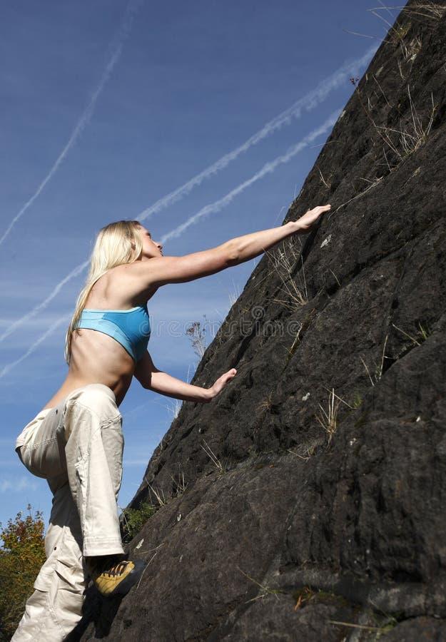 Download взбираясь женщина стены утеса Стоковое Фото - изображение насчитывающей мышца, шестерня: 6858638