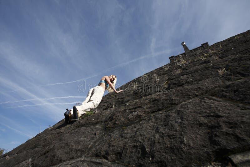 Download взбираясь женщина стены утеса Стоковое Изображение - изображение насчитывающей свободно, резина: 6859013