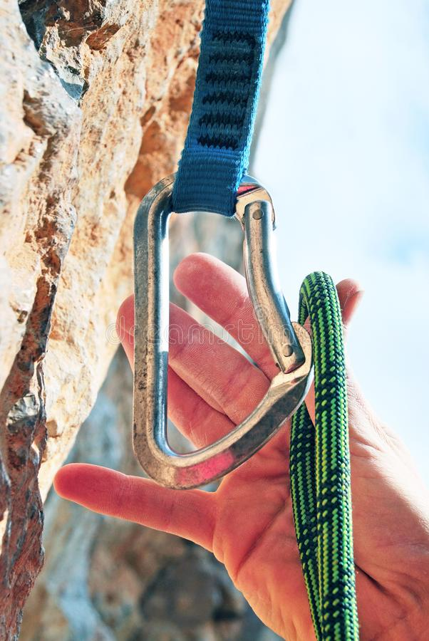Взбираясь оборудование: динамическая веревочка, и quickdraws Взбираясь спорт стоковое изображение