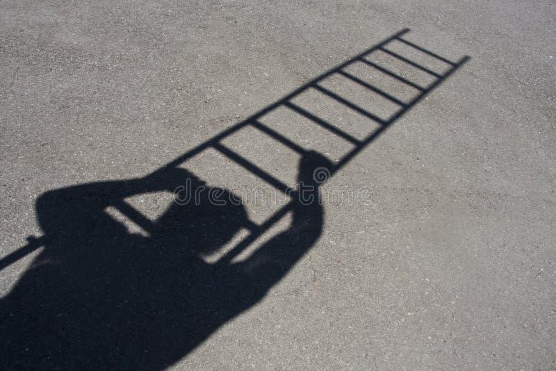 взбираясь тень человека трапа стоковые изображения rf