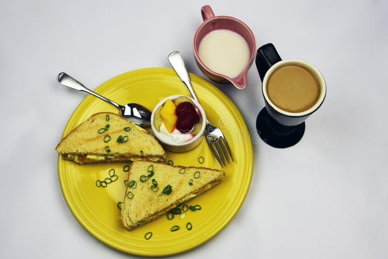 Взбитое яйцо на Sourdough стоковая фотография
