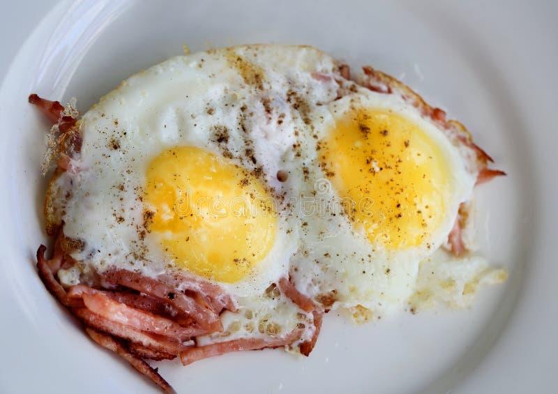 Взбитые яйца на плите стоковые изображения rf