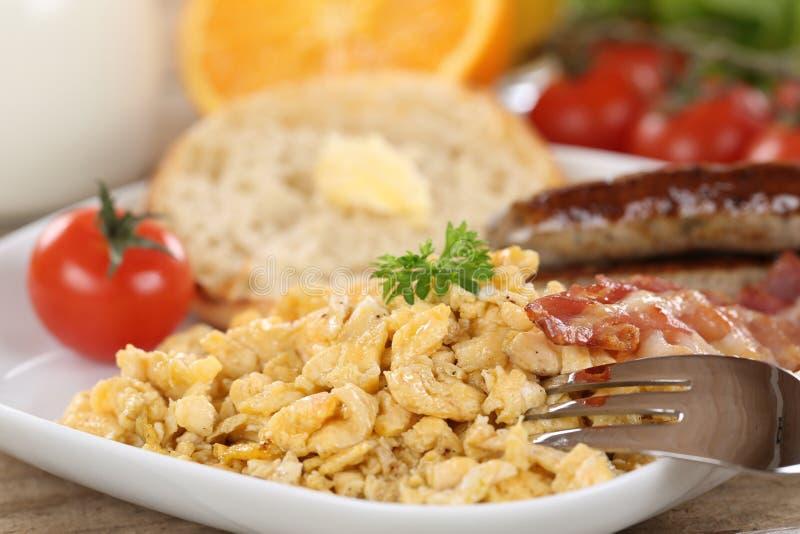 Взбитые яйца, сосиски и овощи для завтрака стоковые изображения