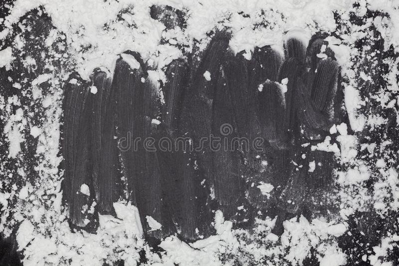Взбрызните пшеничную муку с космосом экземпляра для текста на предпосылке темной черноты деревянной, взгляд сверху для варить тес стоковое изображение rf