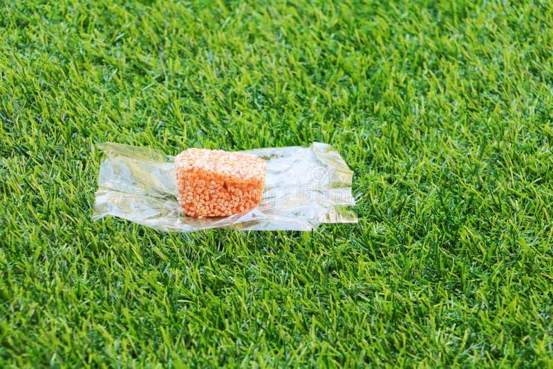 Взбрызнутый бар семян сезама на пшеничной муке печенья помадки Таиланд конфеты старый в искусственной предпосылке травы стоковые изображения