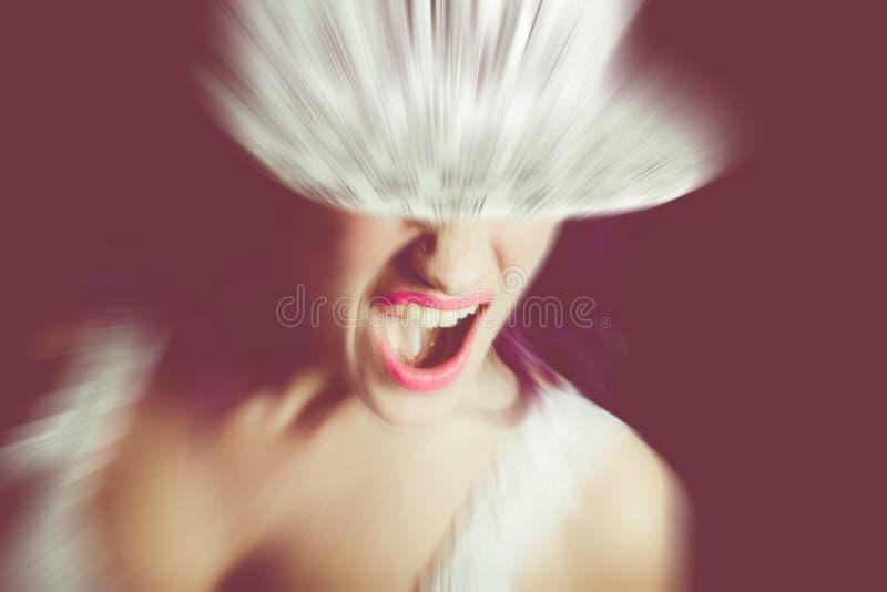 Взбунтованный окрик девушки стоковые фотографии rf