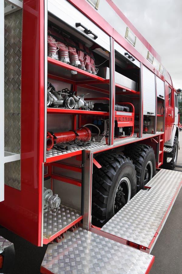 взводит курок пожарным рукавам оборудованным двигателем внутрь стоковое изображение