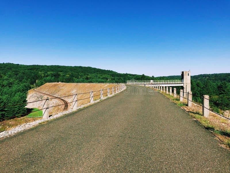 Взгляды запруды Thomaston и части Naugatuck River Valley стоковое изображение rf