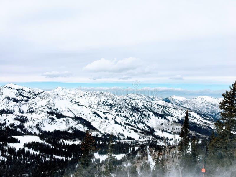 Взгляды зимы величественные вокруг гор Уосата передних скалистых, лыжного курорта Брайтона, близко к озеру сол и долине Heber, Pa стоковое фото rf