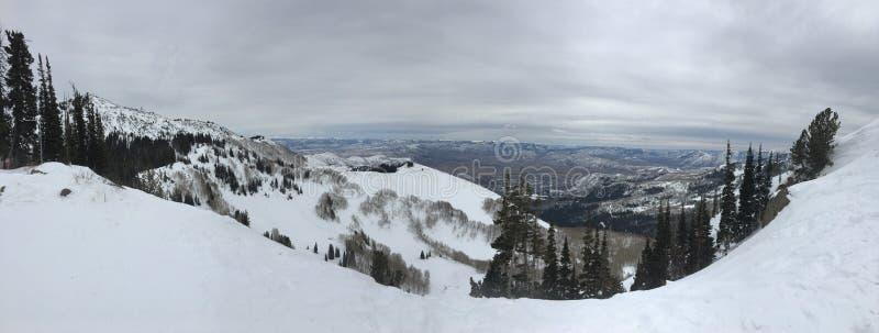 Взгляды зимы величественные вокруг гор Уосата передних скалистых, лыжного курорта Брайтона, близко к озеру сол и долине Heber, Pa стоковая фотография rf