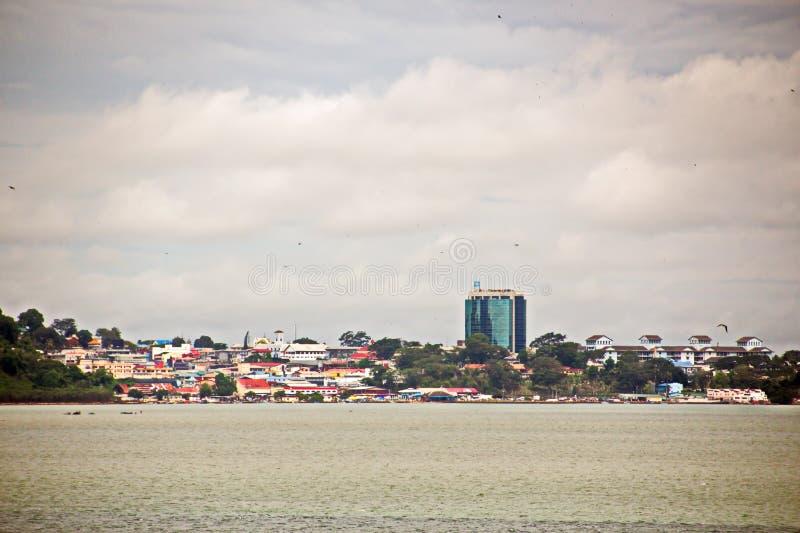 Взгляды ландшафта береговой линии и дороги bunkering сосудов Острова Тринидад и Тобаго стоковое изображение