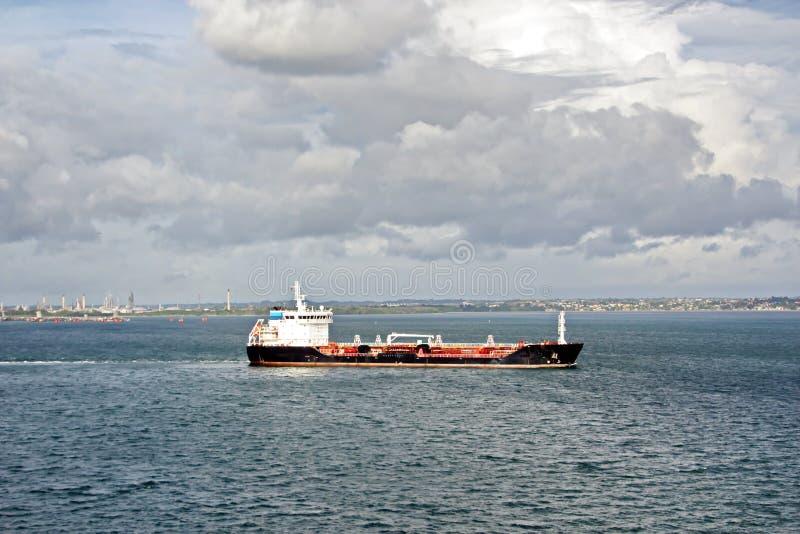 Взгляды ландшафта береговой линии и дороги bunkering сосудов Острова Тринидад и Тобаго стоковое изображение rf