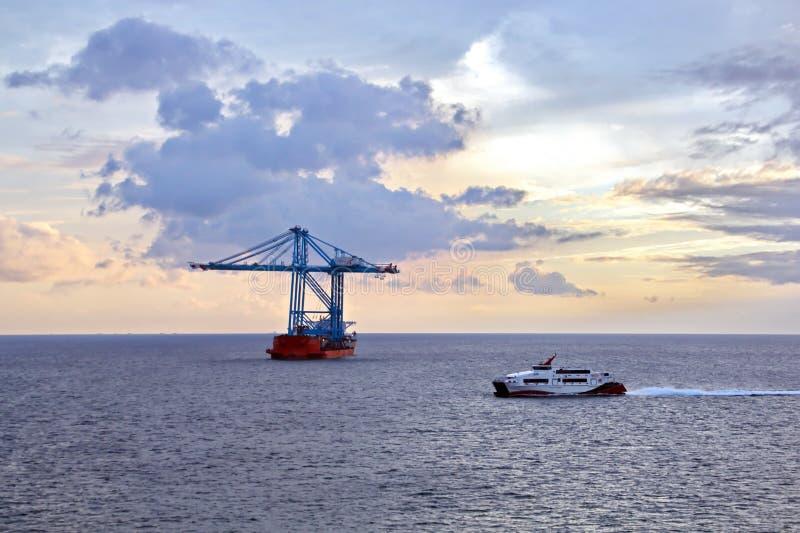 Взгляды ландшафта береговой линии и дороги bunkering сосудов Острова Тринидад и Тобаго стоковые фотографии rf