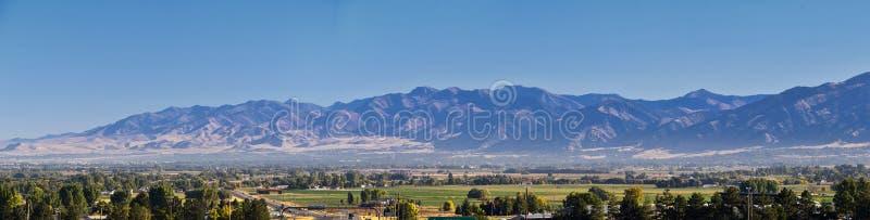 Взгляды ландшафта долины Logan включая горы Wellsville, Nibley, Hyrum, Провиденс и городки палаты коллежа, дом государства Юты стоковая фотография