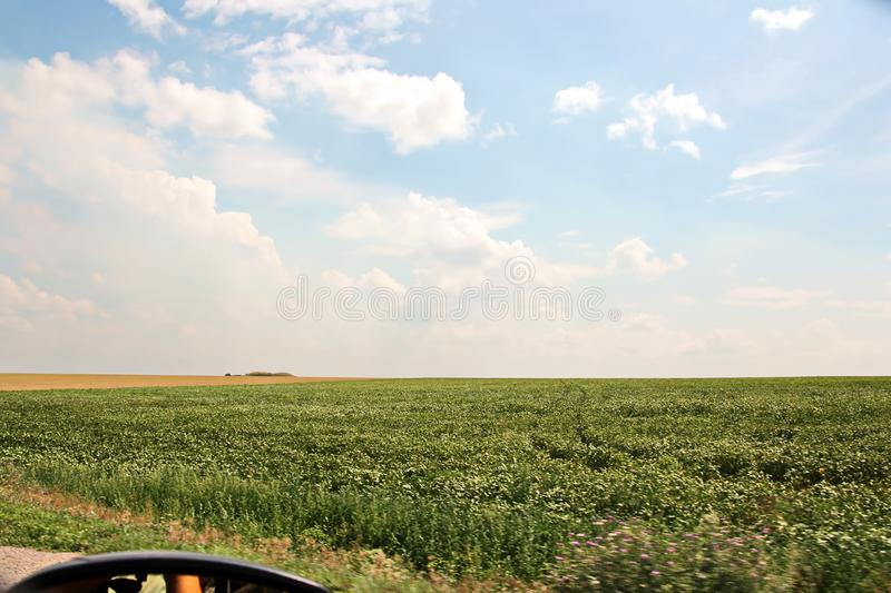 Взгляды ландшафта природы, полей, деревень и дорог Украины Взгляд из окна автомобиля управляя стоковая фотография