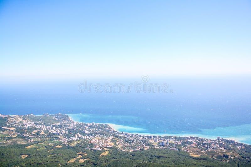 Взгляды морского побережья с высокими горами стоковые фотографии rf
