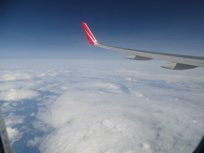 Взгляды от самолета Белые облака с зазорами стоковая фотография