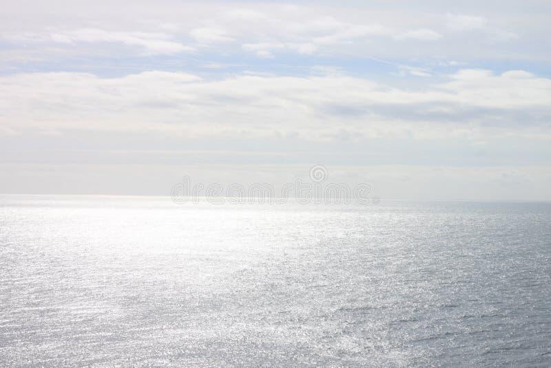 Взгляды от скалы, горизонта, неба и океана стоковая фотография rf