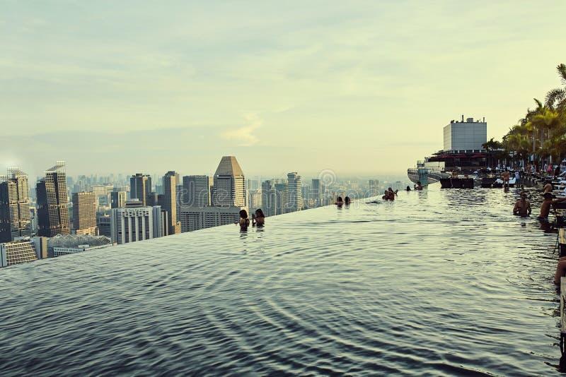 Взгляды пейзажного бассейна над городом в Сингапуре стоковые фотографии rf