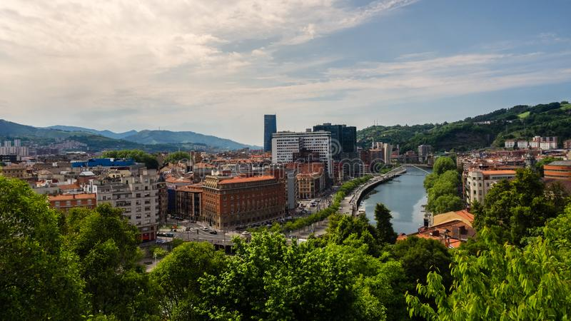 Взгляды прогулки Abandoibarra рядом с рекой в Бильбао стоковые изображения rf